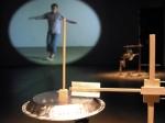 frictions méditatives,installation cinétique et sonore et vidéographique de manon labrecque, méditations,transe,assiette à tarte,chute