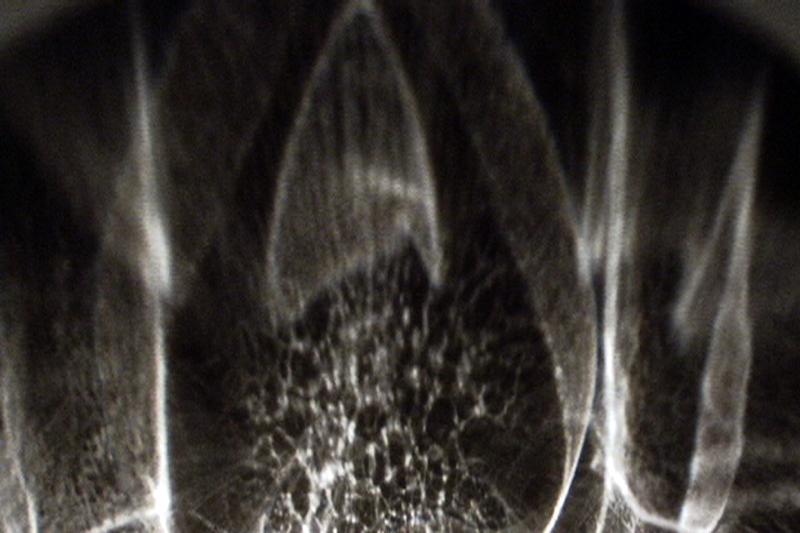 prologue,installation cinétique et sonore de manon labrecque,bol de verre,mécanisme,reflet,lumière,frictions