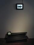 les solitudes,installation vidéo de manon labrecque,corps,escalier,frapper,voler,léviter