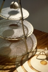 confession,performance de manon labrecque, objets sculpturaux, bercaux,fil,robe,présentoir