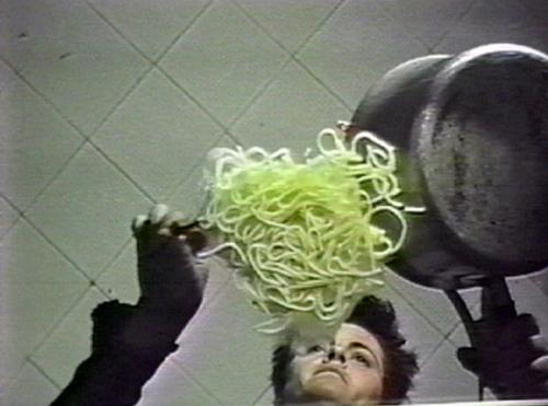 la petite vision,vidéo de manon labrecque,corps,chien,spaghetti,vide,contre plongée
